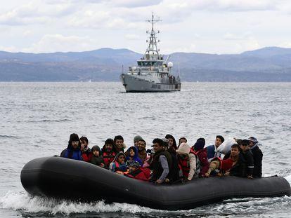 Un barco de Frontex escolta a una patera con migrantes en febrero de 2021 hacia la isla griega de Lesbos.
