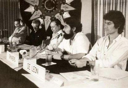 Jacobo Grinberg, en el centro con barba, en una mesa redonda en los ochenta.