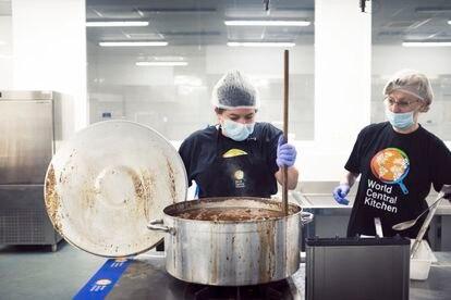 Karla Hoyos Hernández y los voluntarios en la cocina de Santa Eugenia de la ONG WCK de José Andrés.