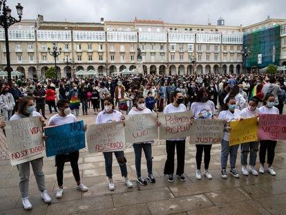 Amigas de Samuel Luiz en la concentración en A Coruña, el lunes 5 de julio, en repulsa por su muerte violenta.