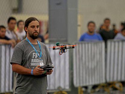 Un joven maneja un drone en la cita tecnológica de Guadalajara.
