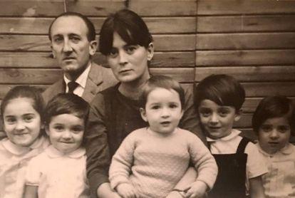 El arquitecto con su mujer Felisa Guerra y cinco de sus hijos en una imagen cedida por la familia.