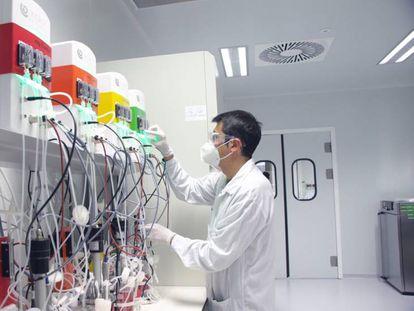 Un técnico de la empresa española Hipra, que desarrolla la vacuna contra el coronavirus, el 3 de julio.