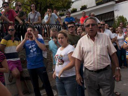 Concentración de los vecinos frente al Ayuntamiento, el domingo.