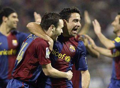 Iniesta y Xavi se abrazan tras el segundo gol al Zaragoza.