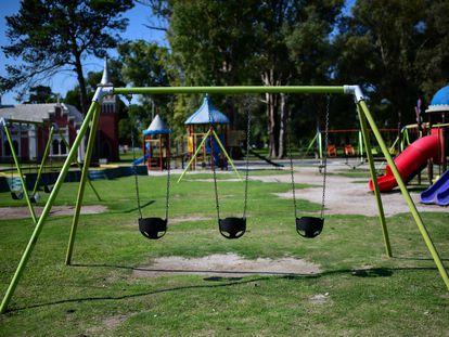 Un parque vacío en La Plata, Argentina, después del comienzo de un encierro obligatorio para frenar el coronavirus