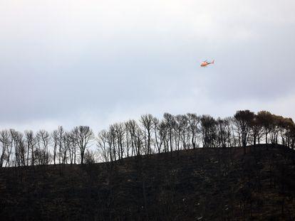 Un helicóptero trabaja en la extinción del incendio en Bellprat hace dos semanas.