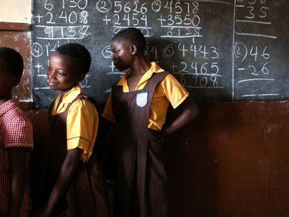Estudiantes haciendo cola para lavarse las manos en un colegio de Accra (Ghana).