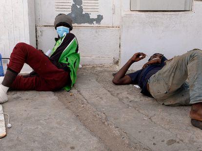 Dos migrantes heridos tras saltar la valla de Melilla, este jueves.