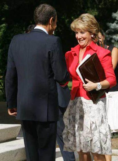 Zapatero saluda a Aguirre a su llegada a La Moncloa.