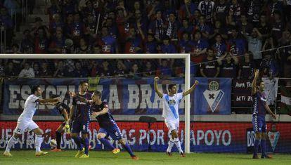 Momento tras el gol de Domínguez.