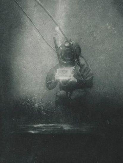 """Primera fotografía subacuática, de 1899. Expuesta en """"Verne, los límites de la imaginación""""."""