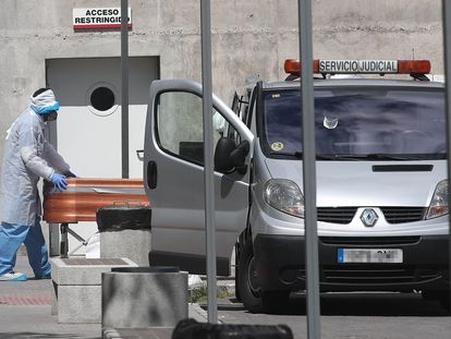 Traslado de un féretro desde la Residencia de Mayores Adolfo Suárez a un vehículo de intervención judicial el 2 de abril.