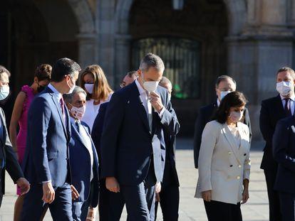 El rey Felipe VI y Pedro Sánchez, en primera fila y en el centro, al principio de la cumbre de presidentes autonómicos celebrada en Salamanca, este viernes.