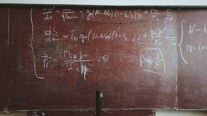 Una pizarra con fórmulas matemáticas escritas.