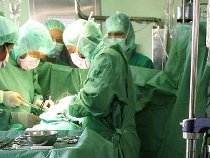 Operación en un quirófano del hospital de La Princesa.