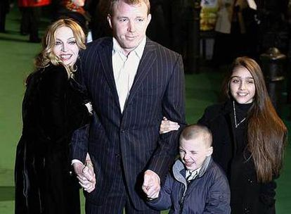 Madonna and Guy Ritchie, with Lourdes María and Rocco in 2004.