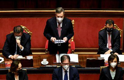 El primer ministro de Italia, Mario Draghi, hoy miércoles en el Senado rodeado de miembros de su Ejecutivo.