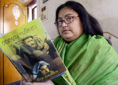 Sushmita Benerjee, fotografiada en 2003 con una de sus obras.