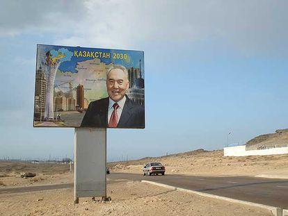 Cartel del presidente Nursultán Nazarbáyev, en una carretera de Kazajistán.