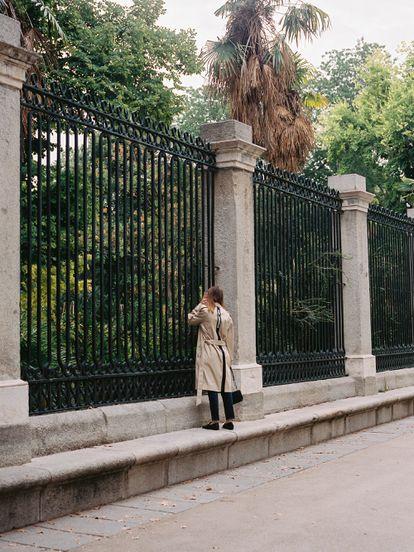 María Valverde echa un vistazo dentro del Jardín Botánico.