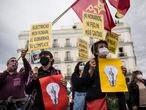 Varios ciudadanos durante una manifestación contra la subida de la luz en la Puerta del Sol, a 5 de junio de 2021, en Madrid (España). Se trata de una de las múltiples manifestaciones convocadas este sábado bajo el hashtag ##SubeLaLuzArdeLaCalle. El pasado 1 de junio entró en vigor la nueva tarifa eléctrica fomentada por el Gobierno. Con esta nueva tarifa, para los consumidores que opten por el Precio Voluntario para el Pequeño Consumidor (PVPC), se establecen tres tramos horarios, con diferentes precios y coste del consumo en cada tramo. Alejandro Martínez Vélez / Europa Press   (Foto de ARCHIVO) 5/6/2021