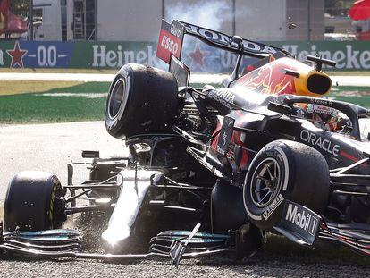 El coche de Verstappen encima del Mercedes de Hamilton en el accidente ocurrido en el Gran Premio de Italia en el circuito de Monza.