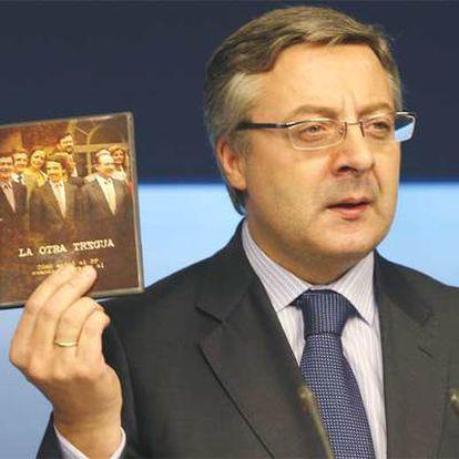Blanco muestra el dvd 'La otra tregua', que retrata la gestión del PP en 1998.