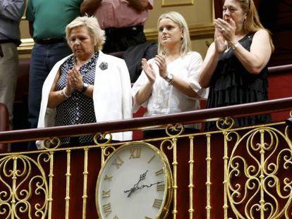 Ángeles Pedraza, presidenta de la AVT, Mari Mar Blanco, de la Fundación Víctimas del Terrorismo, y Pilar Manjón, de la Asociación 11-M. Afectados por el Terrorismo, en la tribuna de invitados en el Congreso.