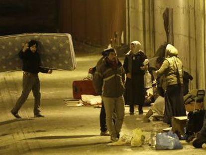 Los rumanos que viven bajo el puente de la avenida de América montan su campamento todas las noches.