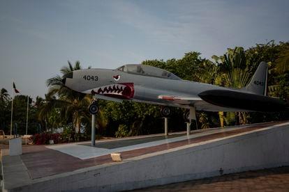 Una avioneta pintada a las afueras de la base aérea militar de Pie de la Cuesta, en la costa de Guerrero, el 6 de mayo de 2021.