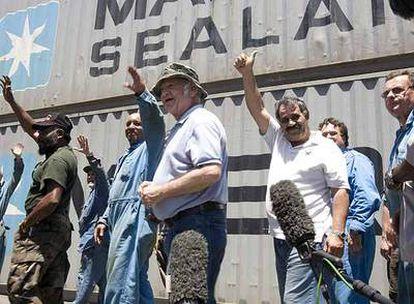 Miembros de la tripulación del <i>Maersk Alabama</i> saludan en el puerto de Mombasa (Kenia) tras dar una conferencia de prensa.