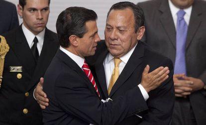 Peña Nieto abraza a Jesús Zambrano tras firmar la reforma.