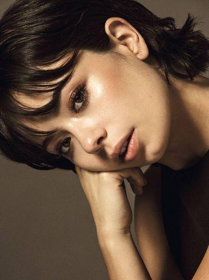 Anna (Susana en el filme) luce un vestido de la colección AW17 de H&M Studio y define y amplifica su mirada con Mascara Volume Effet Faux Cils de Yves Saint Laurent Beauté.