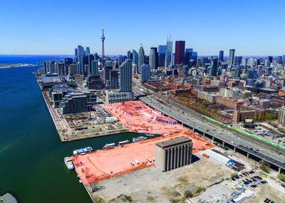 Aspecto actual del área portuaria, al sureste del centro de Toronto, un área industrial que ha quedado degradada con el abandono de la actividad. Señalada en rojo, la zona de Quayside, la primera que intervendrá Google. |
