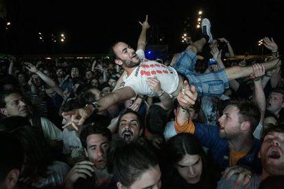 Un joven es levantado por la multidud durante el concierto de Parquet Courts.