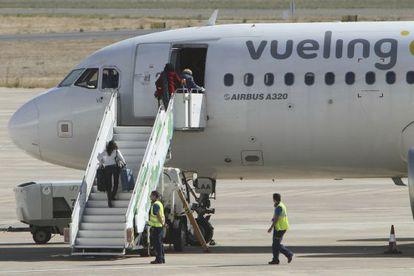 Varios pasajeros suben a un Airbus A320 de Vueling.