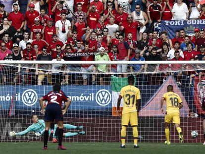 Roberto Torres transforma el penalti de Osasuna.