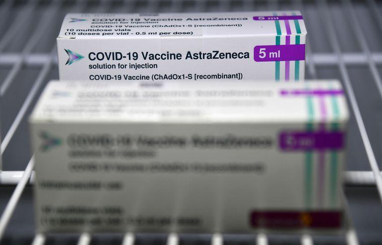 Imagen de un paquete que incluye varias dosis de la vacuna de AstraZeneca contra la covid-19.