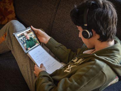Un estudiante milanés sigue el miércoles las clases a través de Internet.