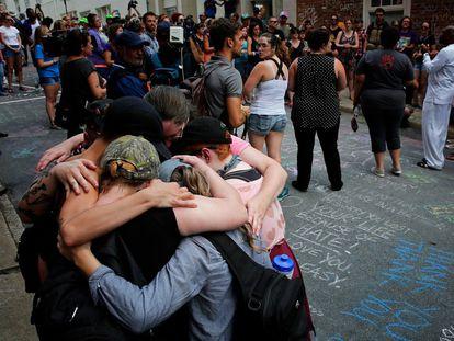 Ciudadanos de Charlottesville en el memorial de Heather Heyer, asesinada por un activista de extrema derecha.