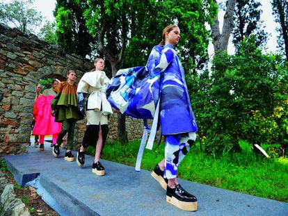 La colección de Satu Maaranen, la diseñadora finlandesa ganadora de la 28ª edición del Festival de Hyères, desfilando para el jurado en Villa Noailles.