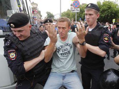 La policía arresta al opositor Navalni en la manifestación en repulsa por el caso del periodista Golunov