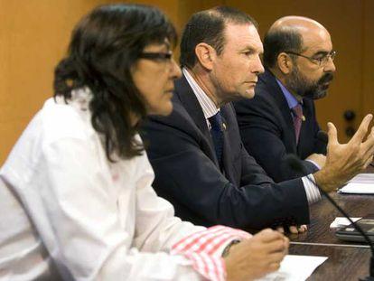 Ana Aguirre, Juan José Ibarretxe y Tontxu Campos, ayer en la  Lehendakaritza.