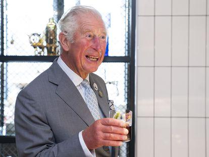 El príncipe Carlos, en Edimburgo, Escocia, tomando un cóctel realizado con su nombre, el 1 de octubre de 2021.