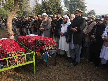 Entierro de dos de los niños asesinados en la masacre.