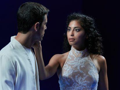Alejo Sauras y Mina El Hammani, en la obra 'Edipo (a través de las llamas)' en el Teatro Español.