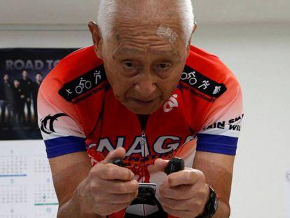El triatleta Hiromu Inada en su gimnasio en Chiba (Japón). En vídeo, uno de los entrenamientos de Inada