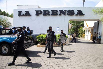 Policías nicaragüenses durante la toma de la redacción del diario 'La Prensa', el 13 de agosto, en Managua.