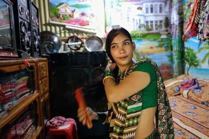 La trabajadora sexual Sewali se peina en su habitación del burdel de Kandapara, en Tangail. (Mahmud Hossain Opu)